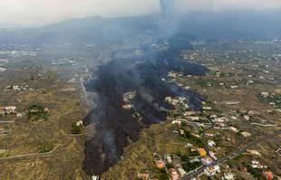 La lave de l'éruption du volcan Cumbre Vieja détruisant des maisons sur l'île de La Palma aux Canaries, en Espagne, le mardi 21 septembre 2021.