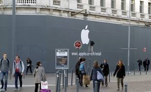 Apple affiche enfin son logo sur le chantier du futur Apple store à Lille.