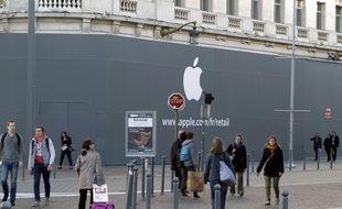 Apple affiche enfin son logo sur le chantier du futur Apple store à Lille.