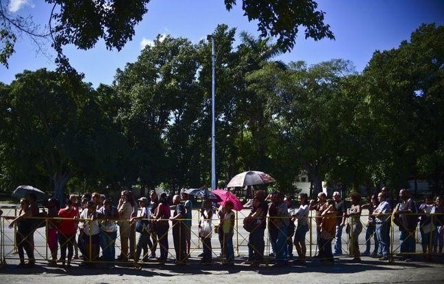 Des centaines de milliers de Cubains ont défilé dans le calme et avec émotion lundi place de la Révolution à La Havane après le décès de Fidel Castro