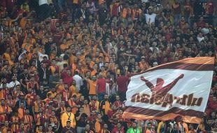 Les ultras de Galatasaray ont mis le feu face au PSG.