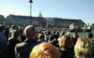 Les fans de Charles Aznavour sur l'esplanade des Invalides, ce vendredi matin, à Paris.