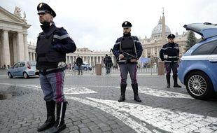 Des policiers près du Vatican à Rome le 8 janvier 2015.