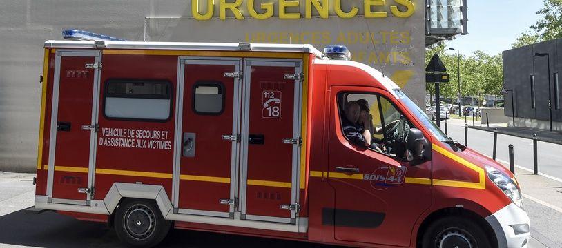 Un véhicule d'intervention des pompiers devant le CHU de Nantes.