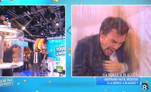 Bertrand Chameroy arrosé d'insectes dans le cadre du défi de «La Boule à blagues», dans «Touche pas à mon poste», en octobre 2015.