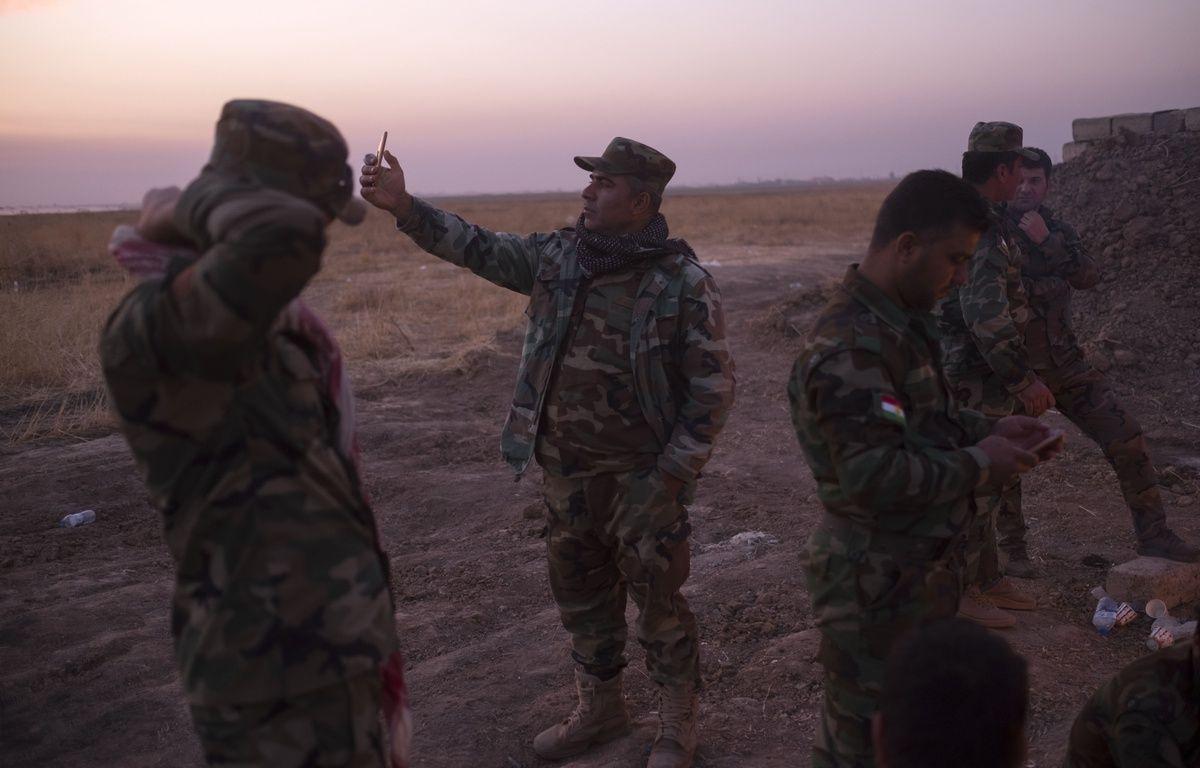 Un soldat kurde prend un selfie avec son smartphone le 5 novembre, à l'est de Mossoul en Irak. Morteza Nikoubazl/SIPA – SIPA