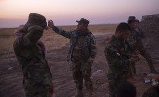 Un soldat kurde prend un selfie avec son smartphone le 5 novembre, à l'est de Mossoul en Irak. Morteza Nikoubazl/SIPA