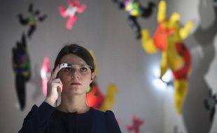 Une femme équipée de Google Glass visite l'exposition Niki de Saint Phalle à Paris, le 6 novembre 2014