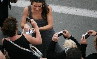 L'actrice américaine Evangeline Lilly en pleine séance de signature d'autographes.