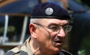 Le chef d'Etat major de l'armée de Terre, le  général Elrick Irastorza, lors d'un exercice militaire à Mailly-le-Camp, dans le nord de la France, le 27 juin 2011.