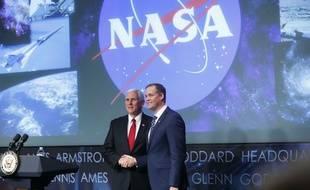Le nouvel administrateur de la Nasa Jim Bridenstine serre la main du vice-président Mike Pence lors de sa cérémonie d'intronisation, le 23 avril 2018 dans les locaux de l'agence spatiale à Washington.