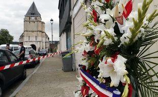 Une couronne de fleurs a été déposée à Saint-Etienne-du-Rouvray, le 27 juillet 2016, près de l'église frappée par un attentat.