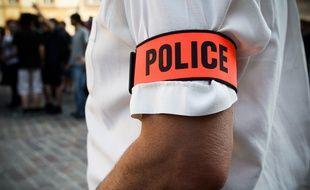 Munis de vrais brassards de police, trois faux policiers ont séquestré une famille d'origine chinoise dans son pavillon de La Courneuve (Seine-Saint-Denis), lundi. Ils sont repartis avec 3.000 euros. (Illustration)