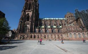 La cathédrale de Strasbourg et la place du Château. (Illustration)