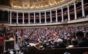 Le projet de loi sur les emplois d'avenir, à l'Assemblée nationale, et celui sur les logements sociaux, au Sénat, lancent mardi la session extraordinaire du Parlement destinée à afficher la volonté du gouvernement d'accélérer le tempo.
