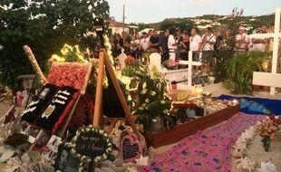 Des fans devant la tombe de Johnny Hallyday, le 5 décembre 2018 à Saint-Barthélemy