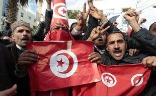Une Tunisienne s'accroche à la jambe d'un soldat pour se protéger lors d'une manifestation à Tunis, le 20 janvier 2011.