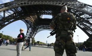 Un soldat sous la Tour Eiffel dans le cadre du plan vigipirate le 23 septembre 2014 à Paris