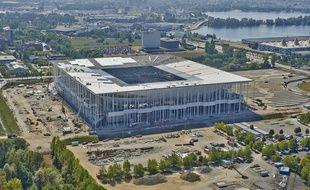 Le Nouveau stade Bordeaux vu du ciel, avec le Lac en arrière-plan.