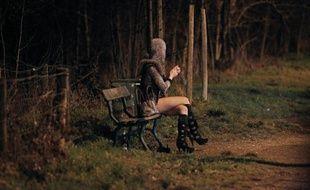 Une prostituée attend des clients dans le Bois de Boulogne le 2 mars 2012 à Paris
