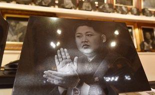 Un portrait de Kim Jong-un par un artiste chinois exposé sur un marché de Pékin.