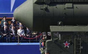 Un missile balistique intercontinental Topol lors d'un défilé militaire sur la Place Rouge le 9 mai 2013