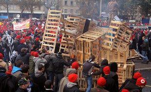 Les manifestants breton anti écotaxe se sont rassemblés devant la préfecture à Quimper samedi 2 novembre 2013.