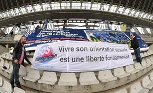 Des militants du Paris Foot Gay déploient une banderole contre l'homophobie lors d'un match de gala au stade Charléty, en 2009.
