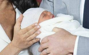 Le nom complet du fils de Meghan Markle et du prince Harry, né lundi et présenté mercredi au public, est « Archie Harrison Mountbatten-Windsor ».