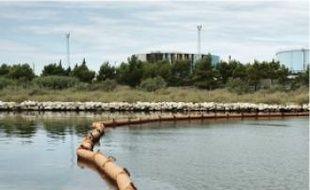 Plusieurs barrages flottants anti-pollution ontété installés sur le plan d'eau.