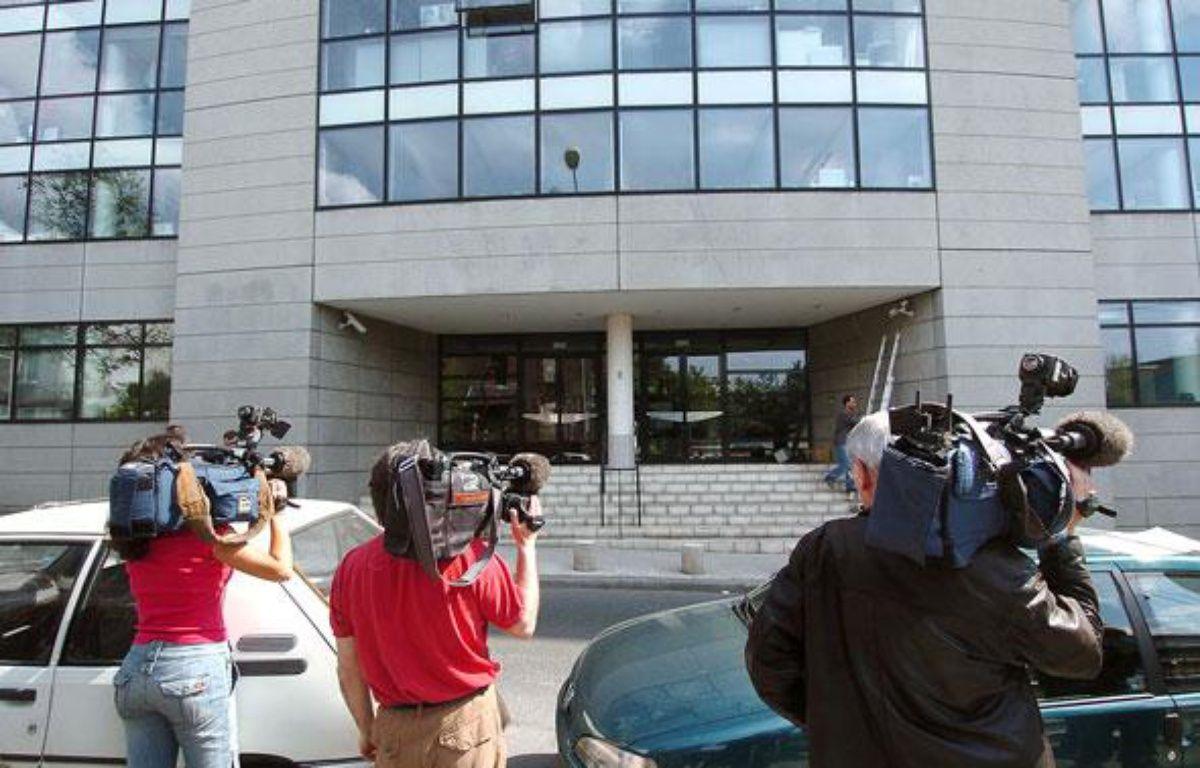 Des journalistes patientent, le 27 avril 2004 à Montreuil, devant l'un  des neuf sites liés à la Caisse centrale d'activités sociales (CCAS),  dans le cadre d'une enquête sur  des malversations financières présumées au comité d'entreprise d'EDF. – AFP PHOTO ERIC FEFERBERG