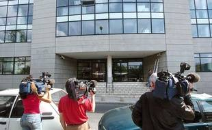 Des journalistes patientent, le 27 avril 2004 à Montreuil, devant l'un  des neuf sites liés à la Caisse centrale d'activités sociales (CCAS),  dans le cadre d'une enquête sur  des malversations financières présumées au comité d'entreprise d'EDF.