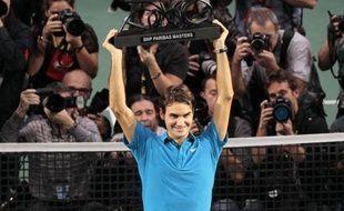 Sacré à Roland-Garros il y a deux ans, Roger Federer s'est imposé pour la première fois dans le deuxième tournoi parisien, dimanche à Bercy, où il a reçu une ovation monstre du public malgré sa victoire en deux sets 6-1, 7-6 sur le héros national, Jo-Wilfried Tsonga.