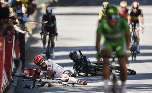 Mark Cavendish au sol après sa violente chute provoquée par Peter Sagn sur le Tour de France 2017.