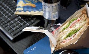 Illustration d'un déjeuner au bureau.
