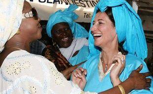 Ségolène Royal en déplacement au Sénégal rencontre un groupe de femmes qui se battent pour les droits des immigrés, Thiaroye-sur-Mer, le 5 avril 2009.