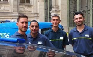 Paris, le 22 mai 2017. Loïc, Alexandre, Eric et Philippe, des agents du groupe Enedis, conduisent des voitures électriques dotées de capteurs mobiles de pollution de l'air, des petits boîtiers bleu posés sur le toit.
