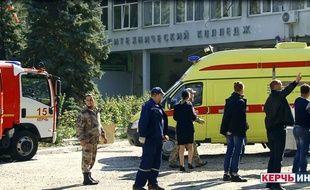 Les services de secours devant le lycée technique où la fusillade a eu lieu en Crimée.