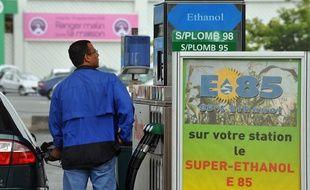 Un homme se sert en carburant vert Superéthanol E85 à une station service de Bordeaux, le 20 août 2008.