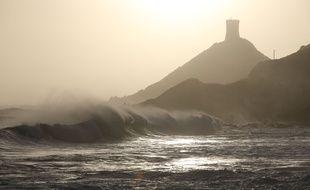 De fortes vagues battent les Iles Sanguinaires, près d'Ajaccio, le dimanche 22 décembre.