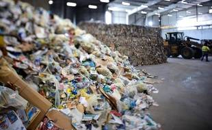 Un centre de tri de déchets ménagers.