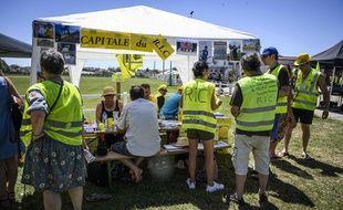 Des «gilets jaunes» étaient présents ce samedi à Montceau-les-Mines. (JEAN-PHILIPPE KSIAZEK / AFP)