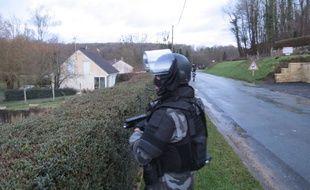 Un membre du GIPN dans le village de Corcy le 8 janvier 2015.
