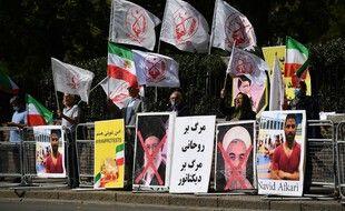 Des manifestants sont rassemblés devant l'ambassade d'Iran à Londres pour protester contre l'exécution du lutteur Navid Afkari en Iran, le 12 septembre 2020.