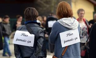 En avril, devant une école de Saint-Clair-de-la-Tour où des enfants auraient été victimes de Romain Farina.