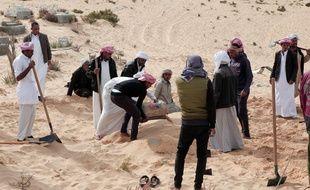 Les Egyptiens enterrent les victimes de l'attentat contre la mosquée de Bir al-Abed (Nord Sinaï) qui a fait 305 morts le 24 novembre.