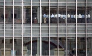 Les employés de Lehman Brothers sont réunis dans le quartier des affaires londoniens alors que l'action du groupe a perdu 40%, le 11 septembre2008.