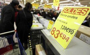 Un panneau indiquant le prix d'un produit pendant les soldes