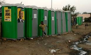 Toilettes publiques dans le township de Kliptown, Afrique du Sud, le 21 avril 2009.