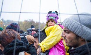 Des réfugiés attendent le 29 octobre 2015 de passer la frontière entre la Slovénie et l'Autriche